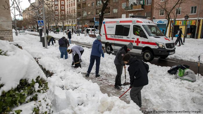 Coronavirus: Spain battles snow to distribute COVID vaccine